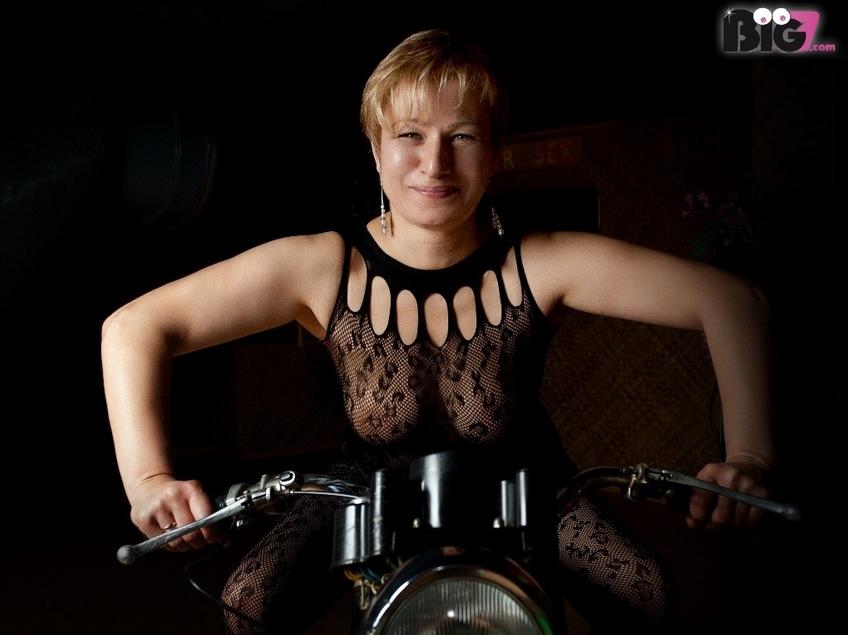 Ich bin Rita eine verruchte, versaute, sexsüchtige, willig, hemmungslos und dauergeile russische MILF, Hotwife und ich bin extrem Spermasüchtig. Meine Vorlieben sind: blasen, lecken, ficken, Doppel Vaginal, Spermaschlucken, Bukkake, Gang Bang, AO, Schlammschieben, Massenschlammschieben, Creampie, Cuckoldspiele(den Cuckold habe ich) brauche nur den Lover / Bull, BI Spiele unter Frauen, NS aktiv und passiv. Ich bin immer auf der Suche nach Frauen und Männern, die bei meinen Events und Videodrehs mitmachen wollen. Sehr gerne kannst du mich auch ohne Videodreh in München besuchen kommen. Eine Bitte habe ich, bewertet doch meine Videos. Bussi deine Spermageile-Rita